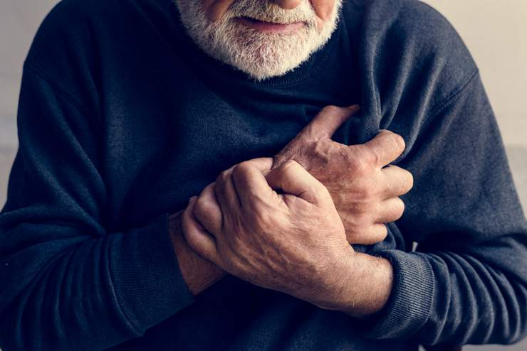 OPTIMIZED-close-up-of-elderly-man-having-a-heart-attack-PE2ZHQX